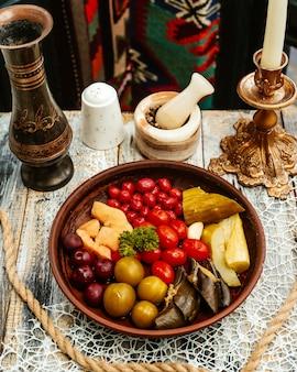 Assiette en bois avec des cornichons sur la table