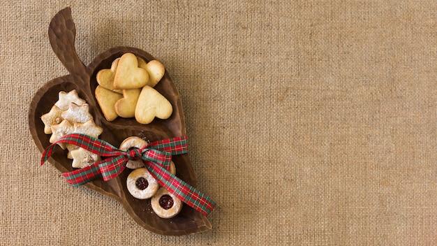 Assiette en bois avec différents biscuits