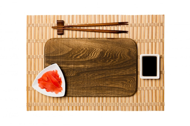 Assiette en bois marron rectangulaire vide avec des baguettes pour sushi