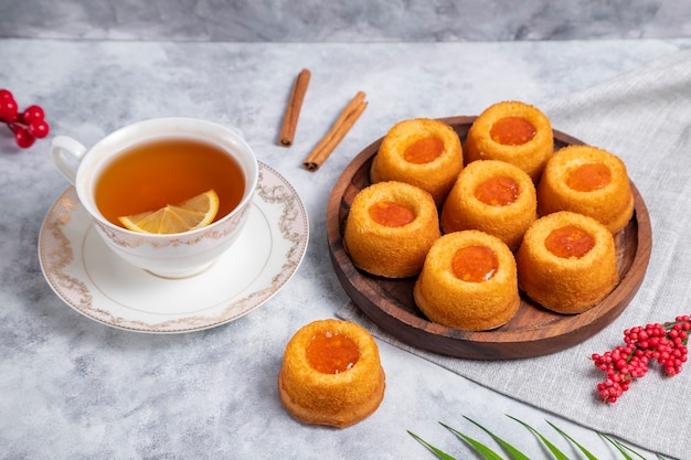 Assiette en bois pleine de biscuits à la confiture d'abricots faits maison. photo de haute qualité