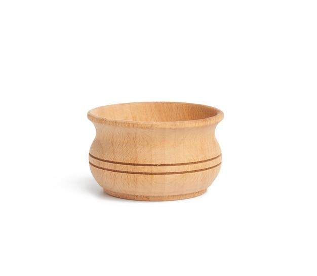Assiette en bois ronde marron vide isolé sur fond blanc