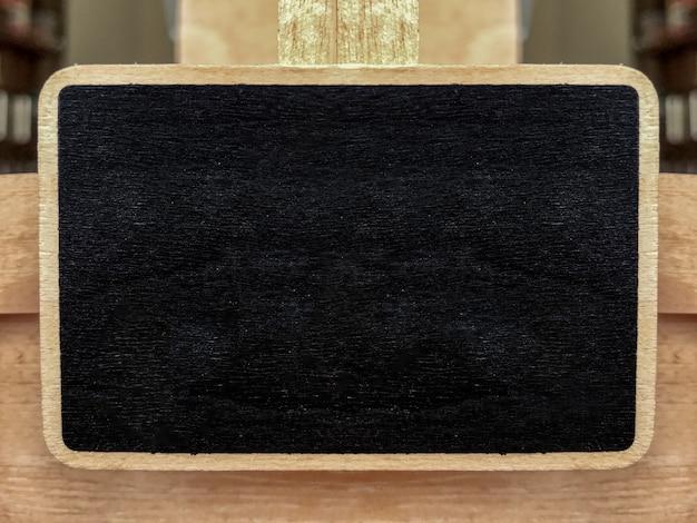 Assiette en bois de tableau noir vide décorant la devanture du magasin.