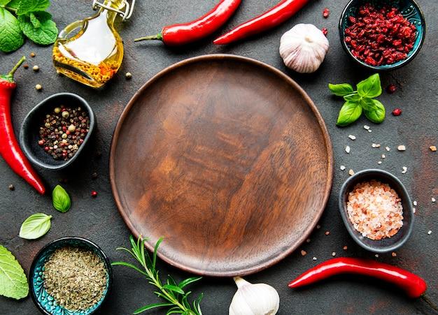 Assiette en bois vide et cadre d'épices