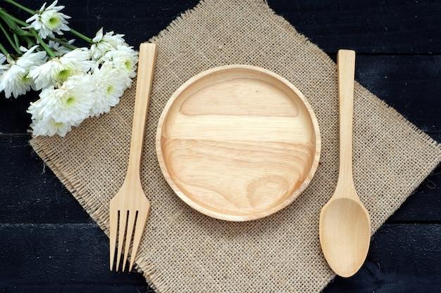 Assiette en bois vide et une fourchette, cuillère ensemble pour la nourriture