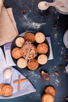 Assiette de bonbons et biscuits sur table