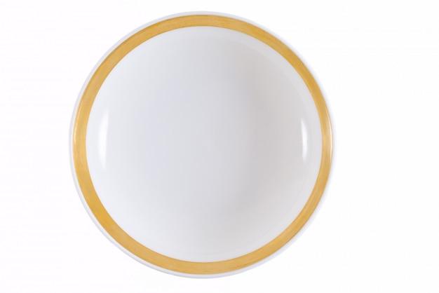 Assiette avec une bordure dorée sur blanc