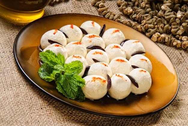 Assiette de boules de fromage de style arabe.