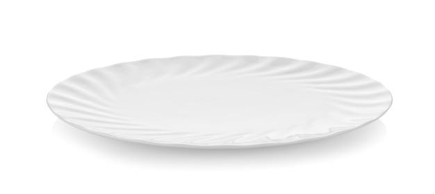 Assiette en céramique de belle forme sur mur blanc