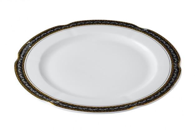 Assiette en céramique blanche avec bordure dorée isolé sur fond blanc