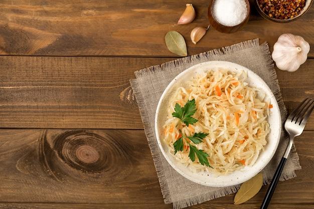 Assiette en céramique blanche avec choucroute apéritif maison