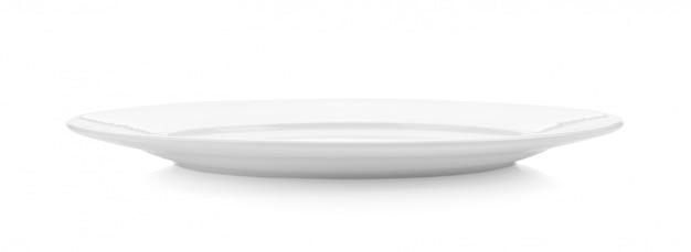 Assiette en céramique blanche sur espace blanc