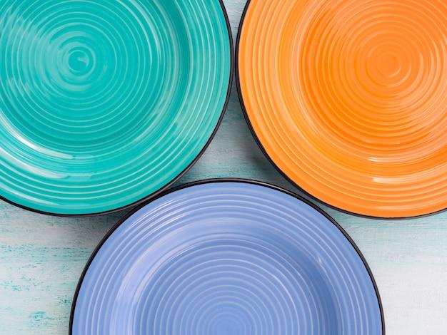 Assiette en céramique de couleur pastel vue de dessus