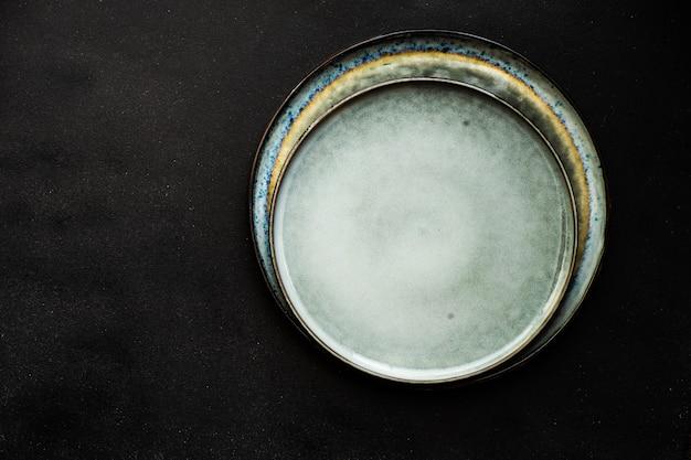 Assiette en céramique sur fond sombre