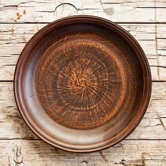 Assiette en céramique marron vide