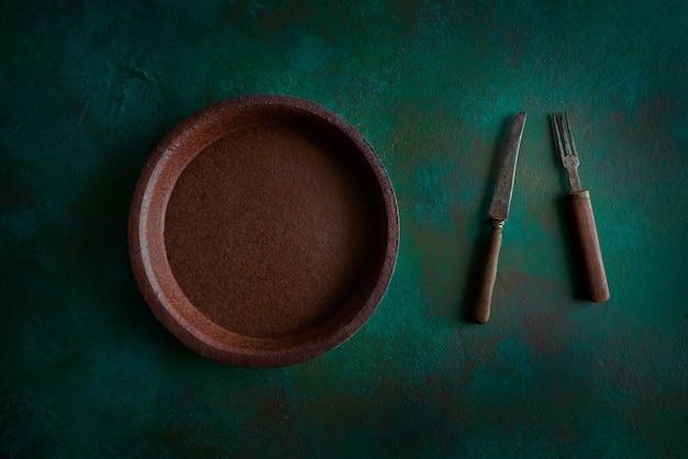 Assiette en céramique poterie sur grungy