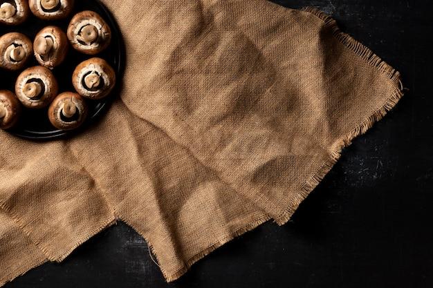 Assiette de champignons vue de dessus sur sac
