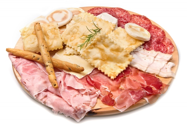 Assiette de charcuteries, fromages et boulettes frites