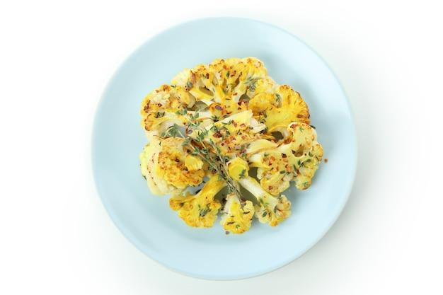 Assiette avec chou-fleur cuit isolé sur fond blanc.