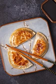 Assiette de collations de boulettes avec des baguettes