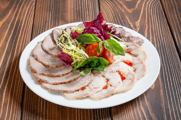 Assiette de collations de viande froide assorties aux légumes