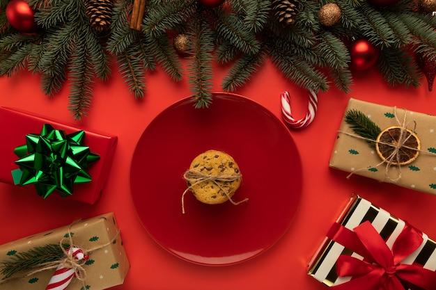 Une assiette avec des cookies sur un fond rouge
