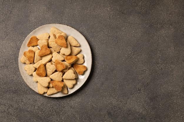 Assiette de cookies sur fond sombre
