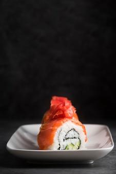 Assiette copie espace avec sushi