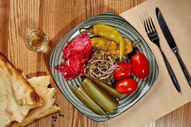 Assiette de cornichons géorgiens traditionnels avec shotis puri et chacha