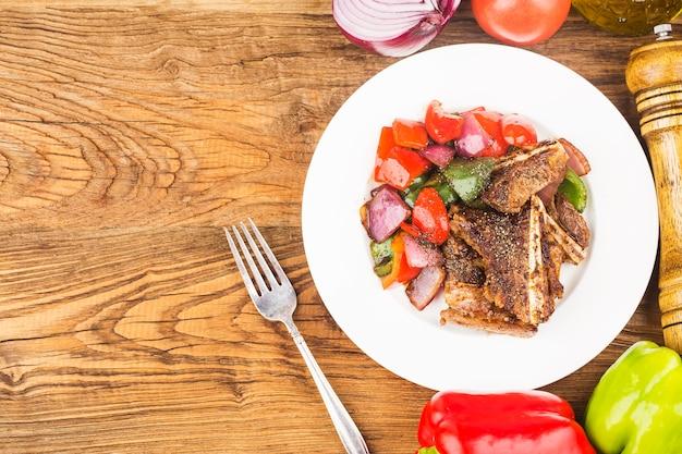Assiette de côtes de bœuf frites fraîches