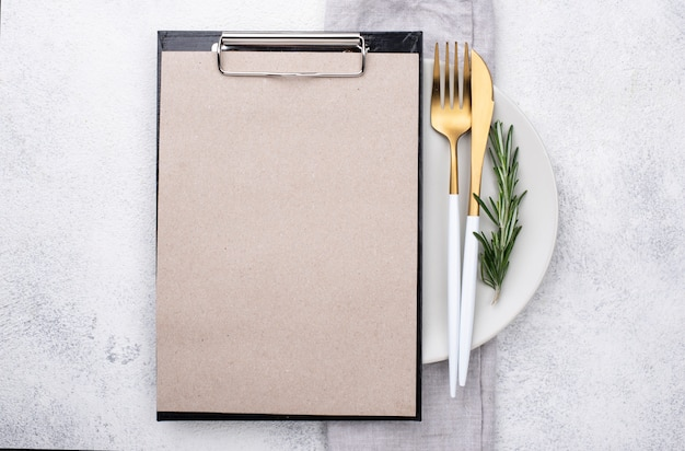Assiette avec couverts et presse-papiers