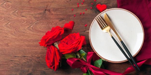 Assiette, couverts et roses, bannière de concept de dîner romantique pour site web