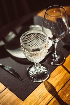 Assiette, couverts et verres pour un dîner élégant