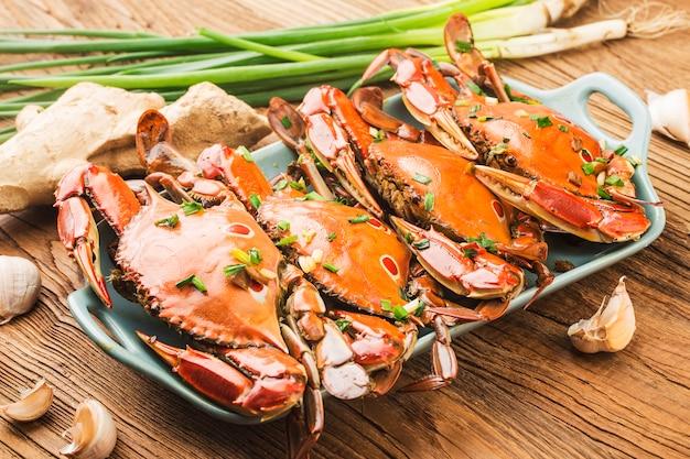 Une assiette de crabe nageant redspot frais