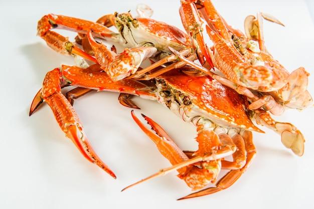 Assiette de crabes bouillis rouges