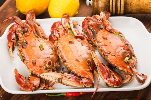 Une assiette de crabes nageurs redspot frais