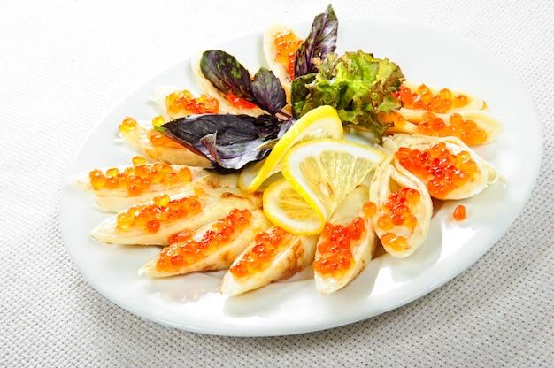 Assiette de crêpes au caviar.