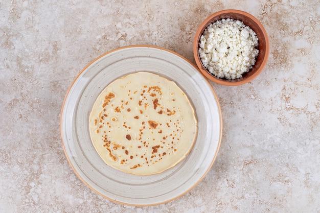 Une assiette de crêpes roulées au fromage cottage