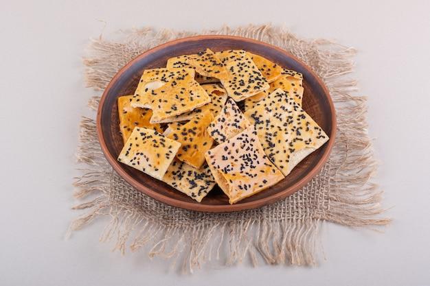 Assiette creuse de crackers aux graines noires