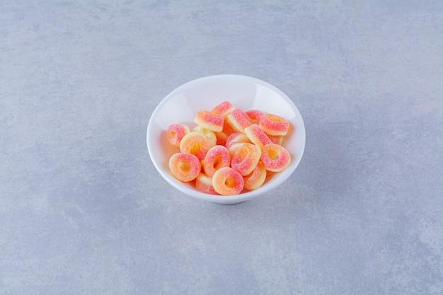 Une assiette creuse pleine de marmelades sucrées aux fruits colorés