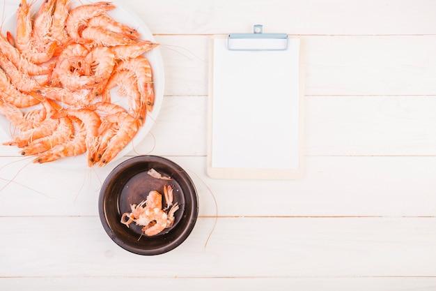 Assiette de crevettes avec presse-papiers sur la table