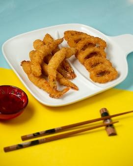 Assiette croustillante de crevettes et d'huîtres frites avec sauce chili douce