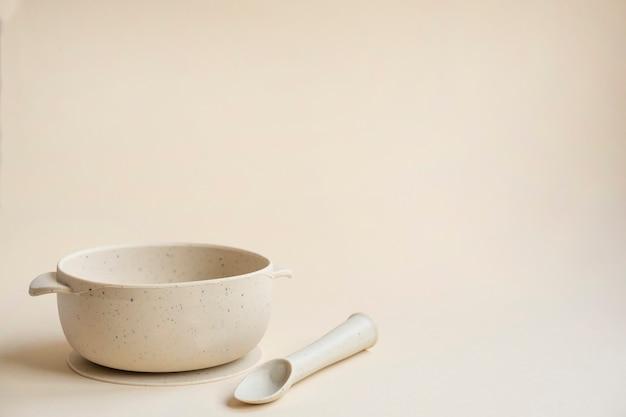 Assiette et cuillère en silicone pour bébé. espace de copie