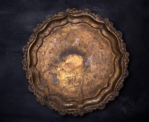 Assiette de cuivre ronde vide avec monogrammes