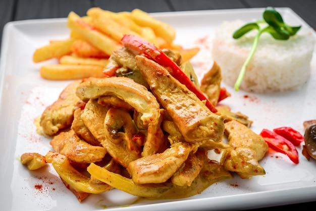 Une assiette de curry de poulet épicé maison dans un restaurant