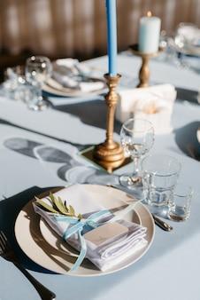 L'assiette dans la salle du seau est décorée et stylisée dans des tons bleus