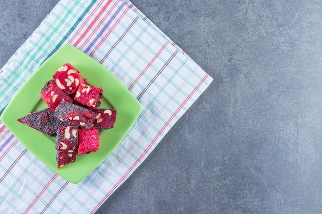 Une assiette de délices turcs sur un torchon sur la surface en marbre