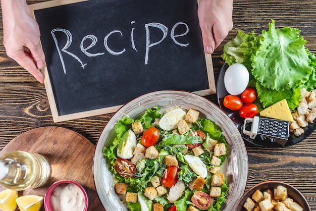 Assiette avec une délicieuse salade césar fraîche et des ingrédients