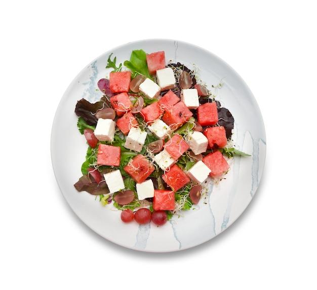 Assiette avec une délicieuse salade de pastèque isolée
