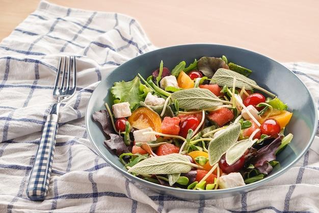 Assiette avec une délicieuse salade de pastèque sur la table