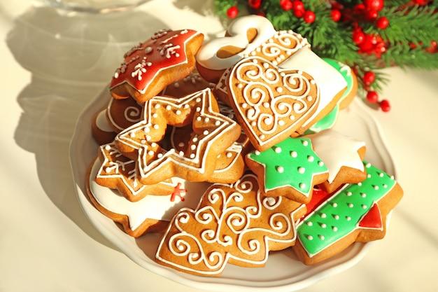 Assiette avec de délicieux biscuits au pain d'épice sur table, vue rapprochée